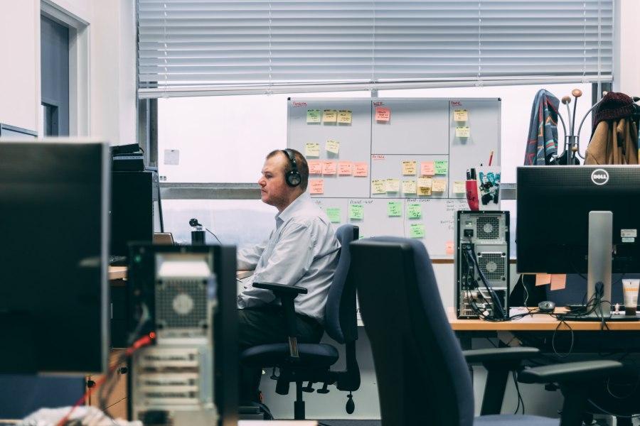 biurka komputerowe w dużym biurze
